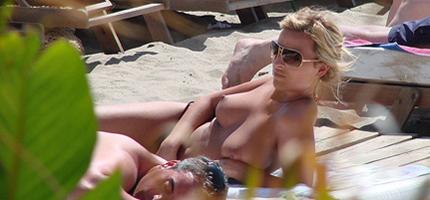 Bombones en bikini y haciendo topless