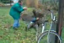 Dos borrachos, un tronco y una bici.