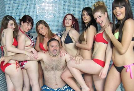 Quereis ver como es estar en un spa con 10 chicas?