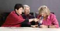 Tres abuelas fumando Mar�a por primera vez